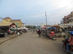 Calles de Siem Reap, algunas asfaltadas la mayoría de tierra, polvo, motos, bicis, tuk-tuks...