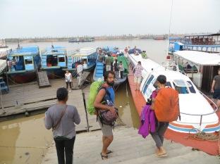 """Tras un buen trayecto en tuk-tuk colectivo desde el """"hostel falso"""", llegamos al puerto. A mis espaldas, el barco que nos llevaría a Battambang."""