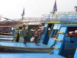 Para estos chavales, saltar de barco en barco es su hábitat natural