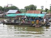 La principal actividad en estos pueblos es la pesca en el río. Aquí se ve como iban seleccionando lo pescados, que posteriormente se ahumarían y venderían para ser consumidos en las ciudades.