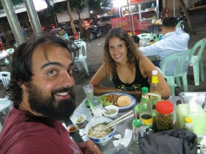 Losjunys en Battambang, después de todo el día en el barco y haber comido dos bocatas y un plato de arroz... el hambre aprieta!