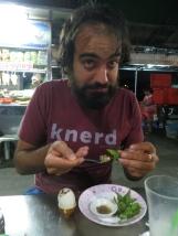 Y para rematar, un Baby Egg. Típico plato camboyano consistente en un huevo hervido que dentro tiene un feto de pato... tal y como suena. De sabor, bueno. Pero a la vista... complicado.