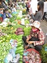 Puestos de verduras a las afueras del mercado central