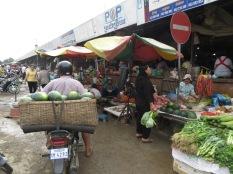 Melones, frutas, pescados, carnes,... barro en el suelo, sin hielos, olores intensos. Esto es el mercado central de Battambang!