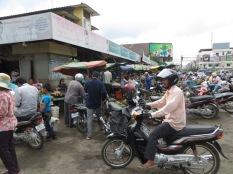 Así de abarrotá están los alrededores del mercado un día cualquiera ;) Próximo destino, Phnom Penh!