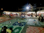 """""""Comedor"""" del Night Market en Phnom Penh, pides tus noodles o arroz en cualquiera de los puestecitos y a la alfombra a comer!"""