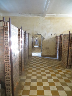 Dado que se habían quitado a la gente con estudios, ingenieros, arquitectos, etc... se vieron obligados a hacer las celdas unipersonales y apertura de puertas de una manera muy rudimentaria...