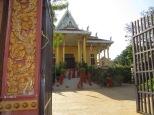 Monjes a la entrada de la Ounalom Pagoda