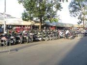 Una de las constantes en Camboya y Vietnam es que las aceras no son para los peatones, sino para aparcar motos. Los peatones comparten calzada con los vehículos en circulación.