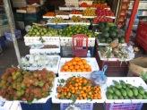Rambutan es el fruto que podéis ver abajo a la izquierda, es como un lichi peludito. No podíamos parar de comerlos, riquísimos! En Panamá ya los probamos y los llamaban mamones chinos XD