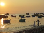 Atardece en Mui Né. Estas cestas flotantes son las barcas que utilizan para acercarse desde la costa hasta los barcos más grandes