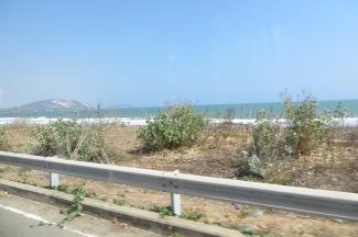 Aquí estamos, de camino a las dunas blancas. Mucho mar, y muuuucho viento!