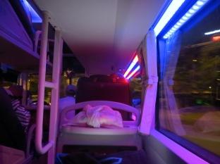 """Creo que ya os enseñamos como son aquí los """"sleeping bus"""" pero no habéis visto la iluminación que tienen, parece más bien un """"disco bus"""", jajaja"""