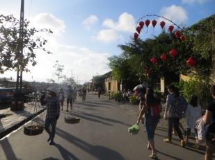 Este ambientazo te encuentras paseando por el río Thu Bon