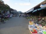 Uno no sabe si entrar dentro del mercado o quedarse fuera porque haya tanta vida en los alrededores…