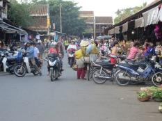 Aunque Hoi An es una ciudad pequeña, los alrededores del mercado eran igualmente caóticos!