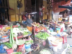 El mercado está lleno de puestecitos que dan al exterior. Y en el interior está llenos de pequeños restaurantes con platos típicos a muy buen precio