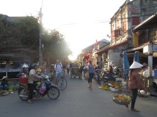 Vendedores ambulantes con los típicos sombreros cónicos, con un palo y dos canastas a modo báscula, una moto con tres personas (hemos visto hasta 5), turistas que no se aclaran con la forma de circular del país… Esto es Vietnam! :)