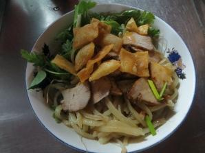 En nuestra tercera degustación del día probamos el Cao Lao, típico de Hoi An. Son unos noodles con carne (habitualmente de cerdo), hierbas, menta, brotes de soja y una crujientes cortezas de arroz. Riquísimos!!! Ñammmmm