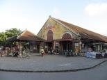 La entrada principal al mercado donde disfrutamos de un sabroso Cao Lau
