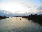 A orillas del río se instalan hotelitos y restaurantes perfectamente integrados en la antigua arquitectura de la ciudad.