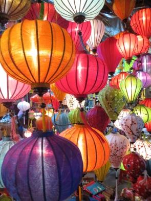En la calle principal puedes encontrar un montón de tiendas donde venden estos coloridos farolillos