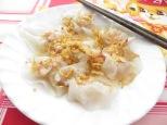 Este plato también conocido como White Rose está hecho de unos dumblings (una especie de raviolis) rellenos de gamba y un montón de especies y hierbas que no os sabría decir que son, sólo sé que estaban buenísimos!!! El toquecito, lo pone esa cebollita frita crujiente por encima! :P