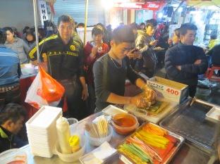 Los viernes y sábados se montaba un mercadillo nocturno en la calle del hostel. Tenía algunos puestecitos de comida, y entre ellos este koreano que ofrecía sushi hecho en el momento! Buenísimo y baratísimo... creo que cada día que pasamos por delante nos comimos por lo menos uno :)_