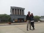 Aquí estamos, posando para las cámaras en el edificio más emblemático de Hanoi.