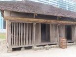 Había varias representaciones de cabañas en función de su lugar geográfico. Estas eran las de las zonas más calurosas. Véase el doble tejado y el hueco bajo el suelo... realmente esta casa estaba fresca frescaaaa!