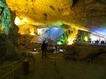 La cueva es inmensa y con ese juego de luces y formas hacen de ella un lugar mágico.