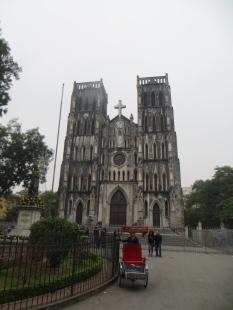 En este estado está la catedral de Hanoi, justo enfrente del Cafe Cong... por cierto, habéis visto el sol en alguna foto de Hanoi? Nope... porque no lo vimos!