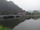 Puente de entrada y salida a la zona de los templos. El agua es un espejo perfecto!