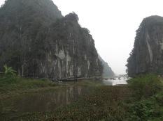 Espectacular vista del canal entre macizos con las barcas remadas...