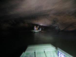 La barca iba tan rápida y la cueva era tan bajita que parecía que entrábamos en otra dimensión!