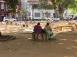 Mujeres indias en el parque. Acabábamos de llegar y no podíamos dejar de mirar esos trajes coloridos.