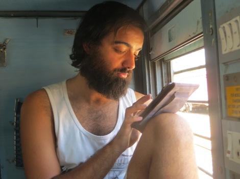 Juny ya disfrutando del sonido del chucu-chú del tren :)