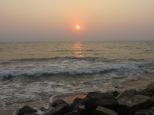Y para despedirnos, el último atardecer que vimos allí. Parece que las olas del mar nos acerquen esos intensos rayos de sol. Precioso!