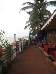 Este es el caminito de piedras y tierra por el que íbamos sorteando palmeras cargadas de cocos ;)