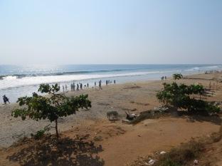 Al volver del pueblo tomamos otro camino que nos llevó hasta la playa, a los pies del acantilado