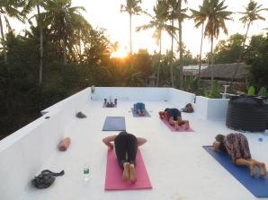En la rooftop de donde vive Shiva practicamos yoga varios días por la tarde. Y el último día conseguimos levantarnos temprano e ir a la clase de la mañana a las 6:30!!