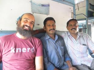 Juny al lado del señor del cual desconocemos su nombre y con Murugan a la derecha