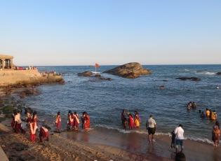 Creo que el mar estaba tan rojo porque el día anterior había sido Holi, una fiesta en la que se pintan con pintura roja.