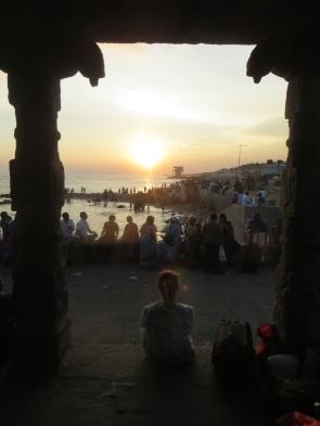 Bajo estos arcos puedes ver por un lado el altardecer en el mar, y por el otro (cuya foto no tenemos, por dormilones) el amanecer en el mar.