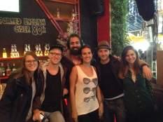 """Con una pareja de suecos que conocimos el día del """"walking-tour"""" y Harvey & Lucy, tomando free beers en el Hanoi Rocks Hostel! Cheeers!"""