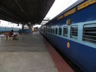 Plataforma numero 2 en Nagercoil, decidimos esperar aquí a que llegara el tren porque en la numero 1 estábamos taaaaan observados que no sabíamos que hacer XDD