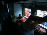 Hoy nos ha tocado la medio-banco-cama... así que tocará dormir con los pies acurrucaos.