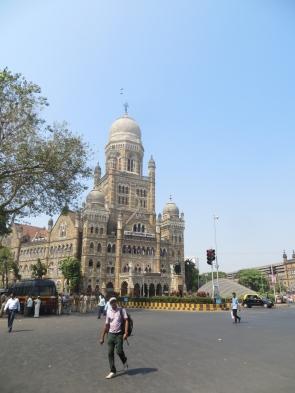 Nos vamos de paseo, aquí el ayuntamiento, justo enfrente de Victoria Train Station