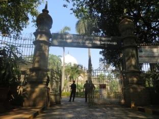 Llegamos al antiguo Museo del Príncipe de Gales (hoy llamado Chhatrapati Shivaji Maharaj Vastu Sangrahalaya O_o), pero... casi que mejor no entramos, seguimos paseando!