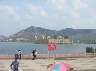 De camino a Amber se puede ver un palacio sobre el agua muy bonito